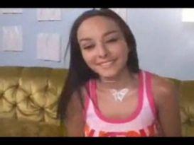 צעירה חובבנית מקבלת זין על הספה!