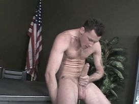 חייל חרמן מאונן לו במשרד!