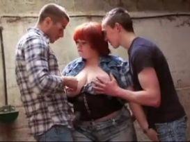 שמנה ג'ינג'ית מקבלת סקס אנאלי משלושה בחורים