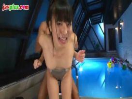 צעירה חמודה מזדיינת חזק בברכה!