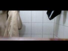 מצלמה נסתרת במקלחת עם צעירה חובבנית!