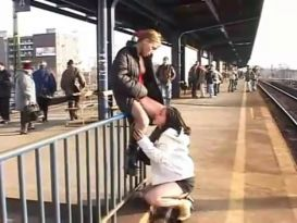 חרמניות מוצצות בציבור!