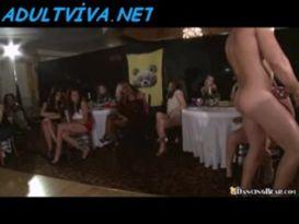 בחורה בלונדה מקבלת זין במסיבת סקס!