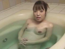 אישה בהריון מאסיה מוצצת באמבטיה!