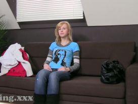 סטודנטית מקבלת גמירה בכוס בראיון
