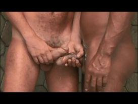 בחור מקבל זיין חזק וקשה במקלחת!
