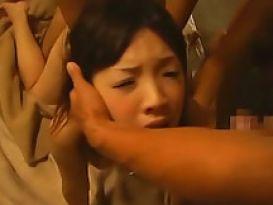 אסיאתית צעירה יפה מוצצת זין גדול!