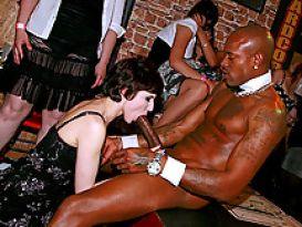 חרמניות שובבות מוצצת זין גדול של חשפן במסיבת סקס!