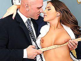 תלמידה מקבלת חינוך מיני