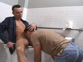 מציציה לוהטת בשירותים!