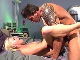 מיסי מונרו מקבלת גמירה חמה בפה שלה