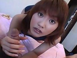 יפנית צעירה עושה ביד לזין שעיר
