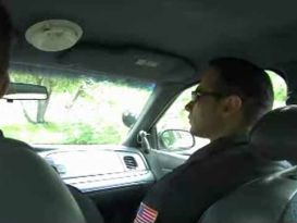 שוטרים מזדיינים חזק על הניידת!