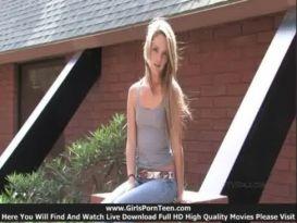 בלונדה צעירה מאוננת בכיף מחוץ לבית!