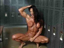 אישה חסונה מאוננת ונראה גוף שרירי!