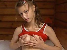 צעירה שווה מאוננת נהדר וטוב!