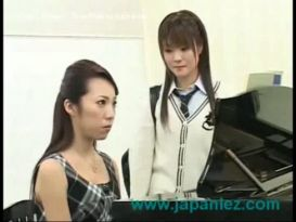 שיעור פסנתר הניתן לסטודנטים צעירים, אז היא זיינה על ידי מורה!