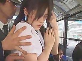 בחורה חרמנית מתוקה אוהבת סקס באוטובוס!