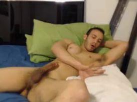 בחור שרירי מענג את הזין שלו על המיטה!