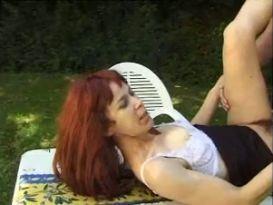 צרפתיה חובבנית אדמונית בסקס בחוץ!