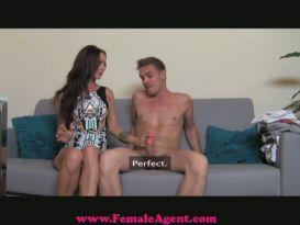 צעירה חרמנית יפה אוהבת סקס טוב!