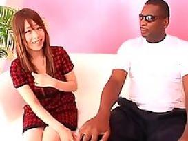 ילדה יפנית מוצצת שחור ענק