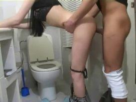 צעירה כוסית מזדיינת חזק בשירותים!