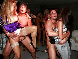 המון שרמוטות שובבות במסיבת סקס בדיסקוטק!