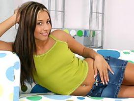 לינדה מראה את הגוף ומאוננת נהדר!
