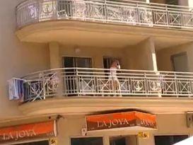 בחורה ללא תחתונים על המרפסת