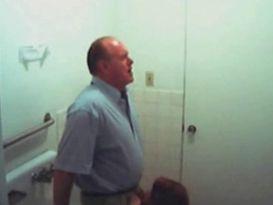זוג עובדים בשירותי נתפסו במצלמה נסתרת