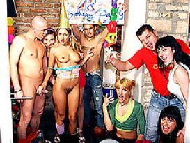 מסיבת סקס פרועה כמתנה ליום הולדת!
