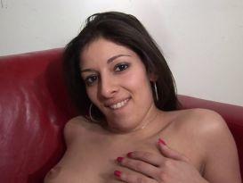 צרפתיה צעירה מקבלת זין קשה על הספה בזמן שהיא מלוהקת!