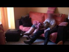 היא קוראה לבעל הבית ומזיינת אותו במצלמת נסתרת