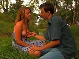 סקס בשדה הפתוח של צעירה יפה!