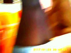 תחתונים שחורות מתחת לחצאית במצלמה נסתרת!