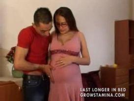 צעירה בהריון מוצצת ומקבלת זין בכוס!