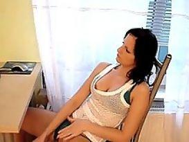 צעירה חרמנית אוהבת מציצה חמה וטובה!