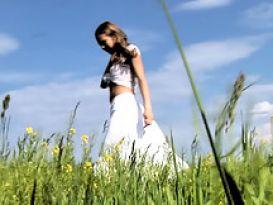 צעירה סקסית מאוננות בשדה!