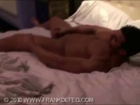 בחור שרירי מאונן חזק על המיטה!
