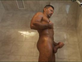 בחור מאונן במקלחת ואז דופק שוטר!