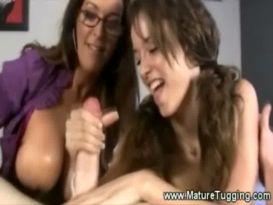 אמא ובת משחקות עם זין ענק