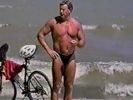 גברים בחוטיני על החוף לגייז!