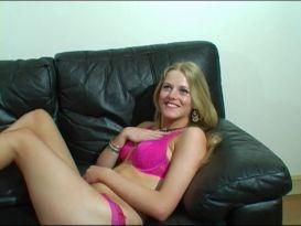 בלונדה בריטית צעירה נבחנת באודישן ומזדיינת חזק!