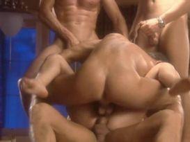 בחורה בלונדינית סקסית נהנת מארבעה בחורים וחדירה כפולה
