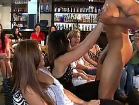 בחורות מקבלות למצוץ חטיף גדול במסיבת סקס