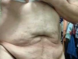 חובבן שמן מראה את הגוף!