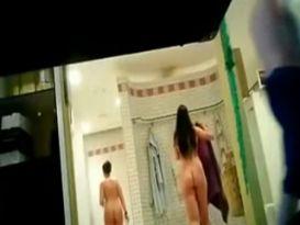 מצלמה נסתרת בחדר אמבטיה עם צעירה חמודה!