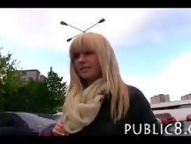 זיון נהדר במכונית עם צ'כית חרמנית!
