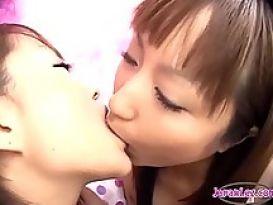 2 בנות אסיאתיות חרמניות מתנשקות!